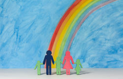 Familjsymboler med en regnbåge och en blå himmel Royaltyfri Fotografi
