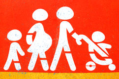 Familjtecken på parkering royaltyfri bild