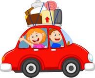 Familjtecknad filmresande med bilen Arkivfoto