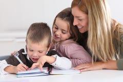 Familjtid efter skola royaltyfria foton