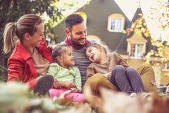 Familjtid, föräldrar har lek med barn royaltyfria foton