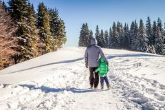 Familjtid i vinter Arkivfoto