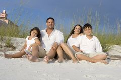 Familjtid på en strand Royaltyfria Bilder