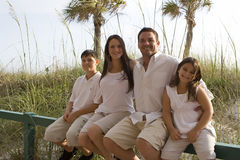 Familjtid på en strand arkivbild