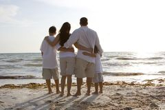 Familjtid på en strand Royaltyfri Fotografi