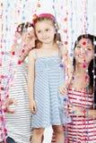 Familjtrådar bak gardiner av plastic pärlor royaltyfria foton