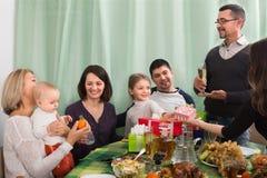Familjungar som firar födelsedagflickan Royaltyfri Bild