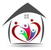Familjunion i en hjärta och hemmet formar logo Royaltyfri Bild