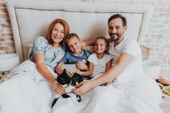 Familjutgiftermorgon samman med gullig katt arkivfoto