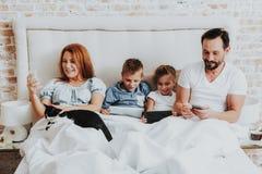 Familjutgifterotta samman med grejer royaltyfri foto