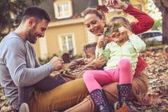Familjutgiftertid tillsammans Ha lek tillsammans Arkivfoton