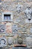 Familjvapen på stenväggen Arkivbilder