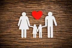 Famille à chaînes de papier et coeur rouge symbolisant Photos stock