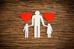 Famille à chaînes de papier et coeur rouge symbolisant Image libre de droits