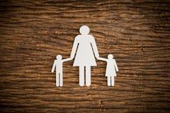 Famille à chaînes de papier symbolisant Image libre de droits