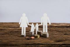 Famille à chaînes de papier symbolisant Belle jeune femme caucasienne Image stock