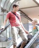 Famille à l'aéroport Photographie stock libre de droits