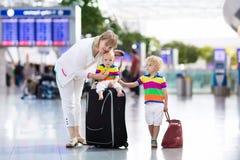 Famille à l'aéroport avant vol Images stock