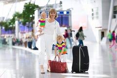Famille à l'aéroport avant vol Images libres de droits