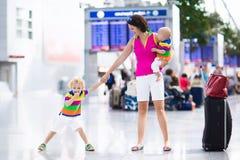 Famille à l'aéroport avant vol Photo stock