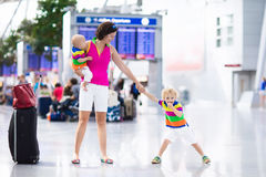 Famille à l'aéroport avant vol Photographie stock