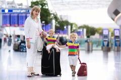 Famille à l'aéroport avant vol Photos stock