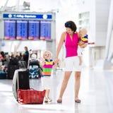 Famille à l'aéroport avant vol Photo libre de droits