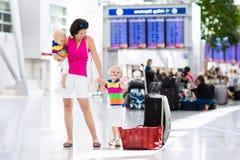 Famille à l'aéroport avant vol Photos libres de droits