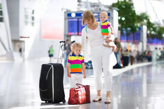 Famille à l'aéroport avant vol Image libre de droits