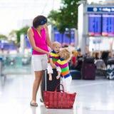 Famille à l'aéroport avant vol Photographie stock libre de droits