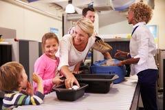 Famille à l'aéroport passant par le contrôle de sécurité Photo libre de droits