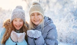 Famille à l'hiver photographie stock