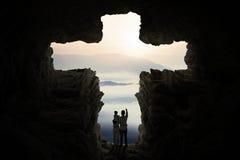 Famille à l'intérieur de la caverne avec un symbole croisé Photo stock