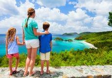 Famille à la baie de tronc sur l'île de St John Photos stock