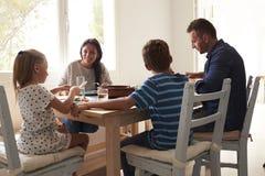 Famille à la maison en mangeant le repas ensemble images stock