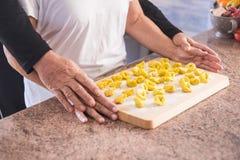 Famille à la maison faisant les pâtes faites main et la nourriture naturelle Photos libres de droits