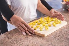 Famille à la maison faisant les pâtes faites main et la nourriture naturelle Images libres de droits