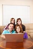 Famille à la maison parcourant l'Internet Photographie stock libre de droits
