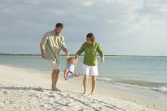 Famille à la plage Image libre de droits