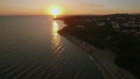 Famille à la plage et à la scène aérienne de la ville côtière Plage de Trikorfo, Grèce banque de vidéos