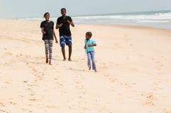 Famille à la plage images stock
