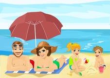 Famille à la plage tropicale prenant un bain de soleil la détente et jouer des vacances Images libres de droits