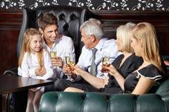 Famille à la réception de mariage Photographie stock libre de droits