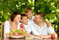 Famille à la table en été Images libres de droits