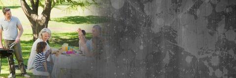 Famille à la table et au BBQ avec la transition grise de carton Photo stock