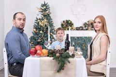 Famille à la table pour Noël Photos libres de droits