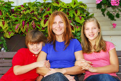 Famille à leur maison Photographie stock libre de droits