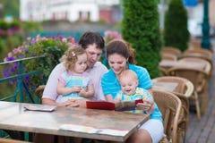 Famille à un café extérieur photos stock