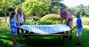 Famille écartant la nappe sur la table de pique-nique 4k clips vidéos