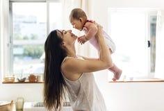 Famille émotive d'amour nouveau-né de mère et de bébé Photos stock